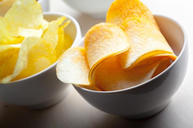 Patatine fritte in una ciotola su un tavolo