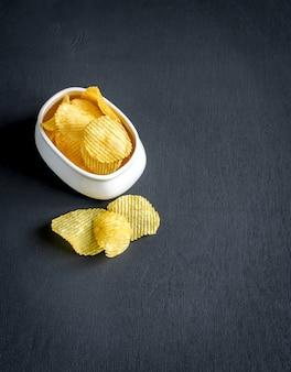Patatine fritte nella ciotola di vetro