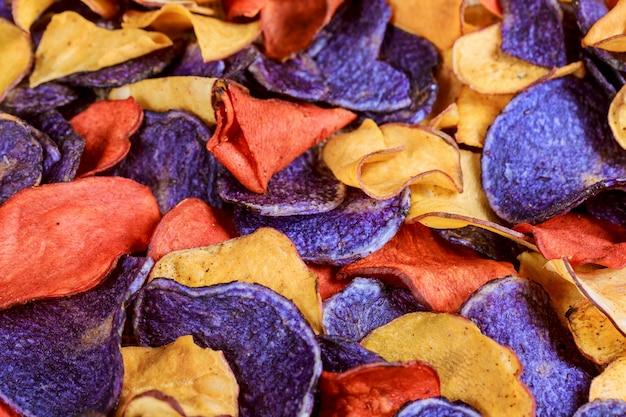 Patatine fritte salate della barbabietola e della carota in un vecchio piatto blu.
