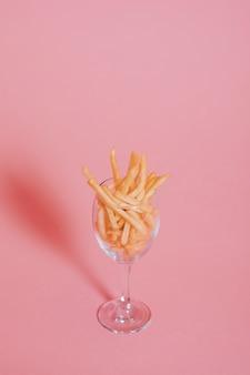 Patatine fritte su rosa