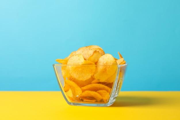 Patatine. spuntini della birra su giallo sull'azzurro, spazio per testo