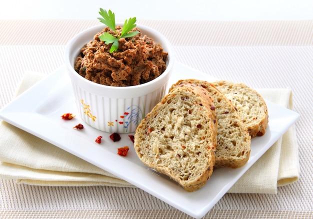 Patè di fegato alla paprika con fette di pane integrale