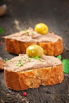 Patè di fegato di pollo spuntino di carne fatta in casa con salato e olive
