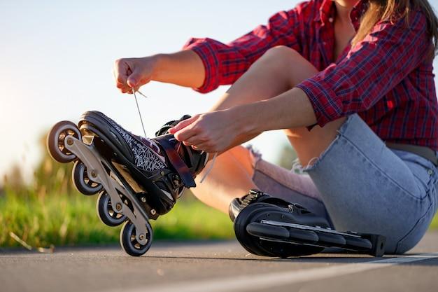 Pattinaggio a rotelle con lacci per pattinaggio in linea. adolescente che pattina all'aperto.