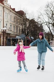 Pattinaggio su ghiaccio del bambino e della madre insieme