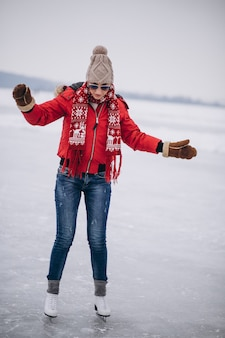 Pattinaggio su ghiaccio donna nel lago