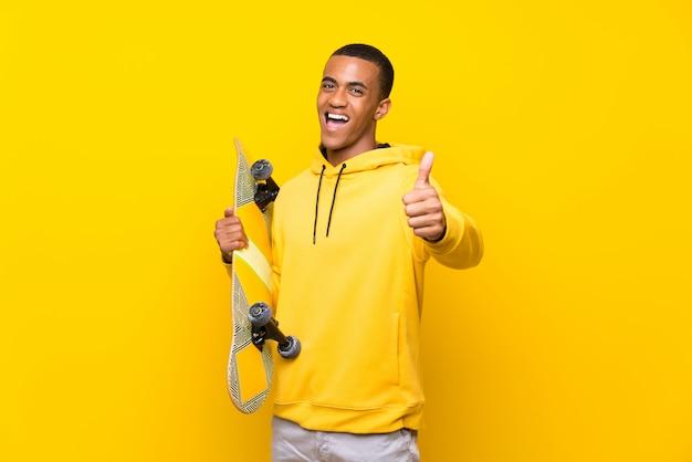Pattinatore afroamericano con pollice in alto perché è successo qualcosa di buono