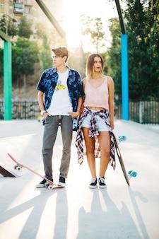 Pattinatori freddi con skateboard
