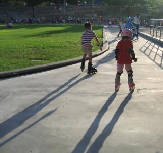 Pattinatori nel parco