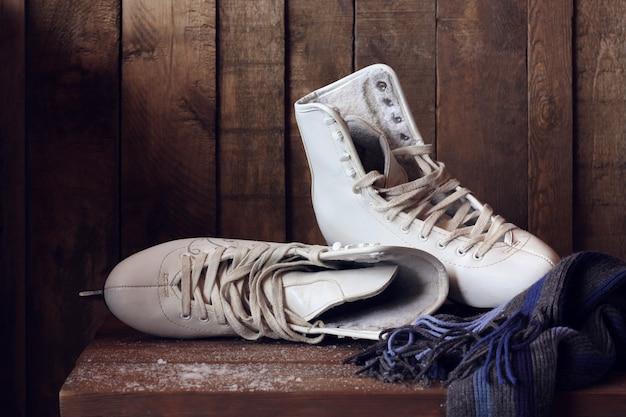 Pattini da donna bianchi, scarpe femminili e sciarpa