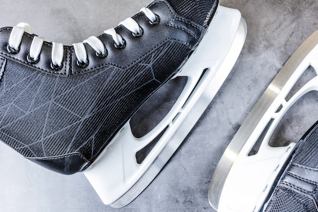 Pattini da hockey da uomo in bianco e nero su grigio