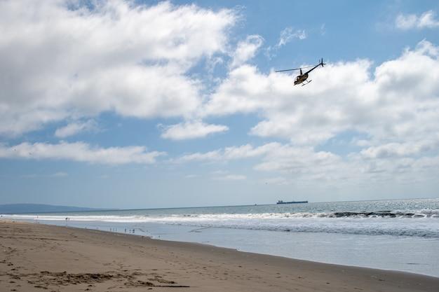 Pattuglie di elicotteri sulla spiaggia dell'oceano