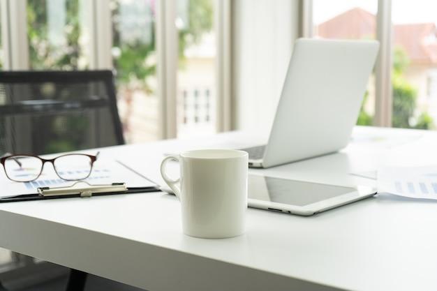 Pausa caffè lavorando in ufficio