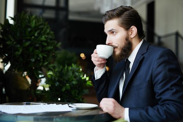 Pausa dell'uomo d'affari
