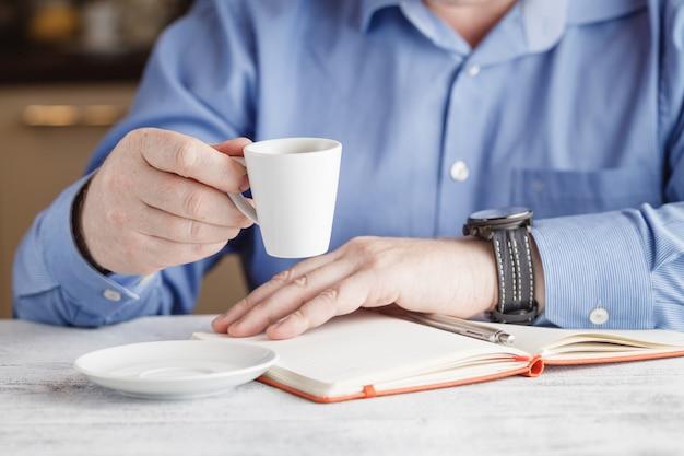 Pausa nel lavoro - una tazza di caffè