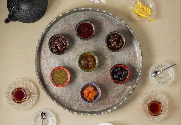 Pausa tè con varietà di selezione di confettura