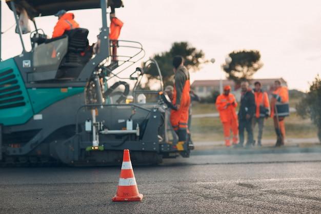 Pavimentazione in asfalto finitrice e rullo stradale. nuova costruzione di strade.