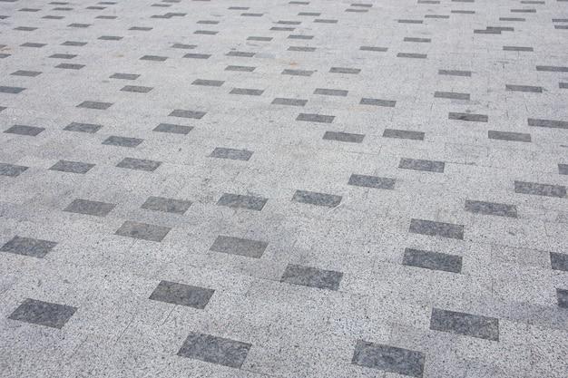 Pavimentazione in mattoni grigi in città in diagonale
