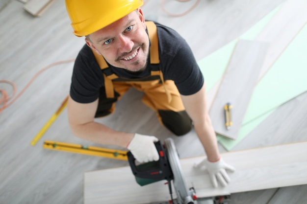 Pavimentazione sorridente del laminato di segatura del casco del carpentiere