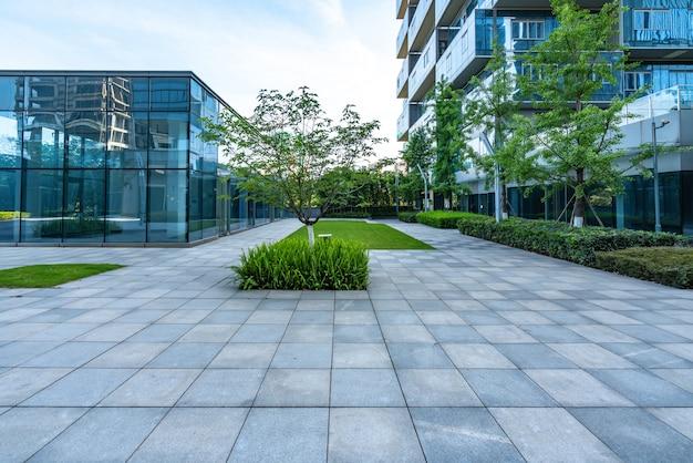 Pavimenti ed edifici per uffici vuoti nel centro finanziario, chongqing, cina