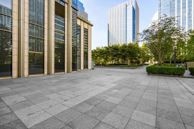 Pavimenti ed edifici per uffici vuoti nel centro finanziario, qingdao, cina