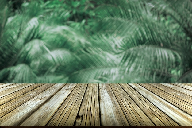 Pavimenti in legno marrone e foresta sfocato per la presentazione del prodotto naturale