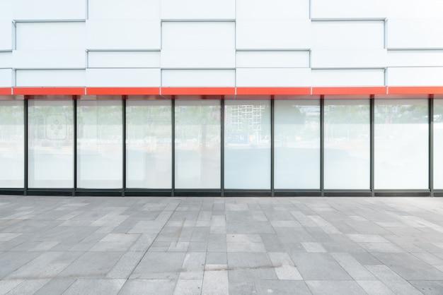 Pavimenti vuoti e finestre di vetro nel centro commerciale