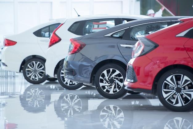 Pavimento bianco per il parcheggio di nuove auto, nuove foto di auto nello showroom, parco, spettacolo in attesa di vendita di rivenditori di filiali e nuovi centri di assistenza auto.