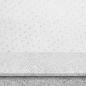 Pavimento di cemento con muro di tavole di legno bianco