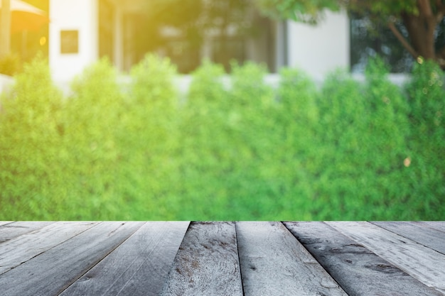 Pavimento di legno vuoto con sfondo lanscape sfocato