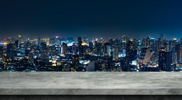 Pavimento in cemento e sfondi sfocati della città per i prodotti espositivi.