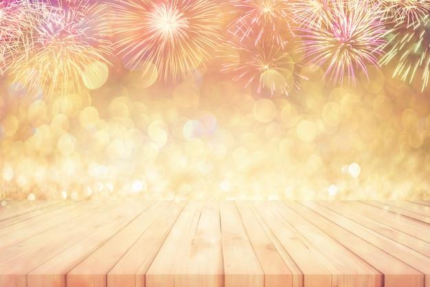 Pavimento in legno con bellissimi fuochi d'artificio e bokeh glitter sfondo