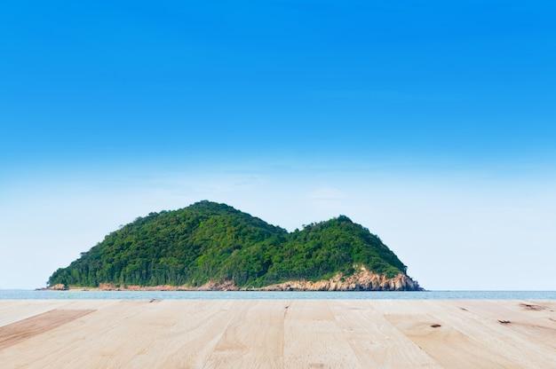 Pavimento in legno con il mare di una priorità bassa del paesaggio della natura dell'isola