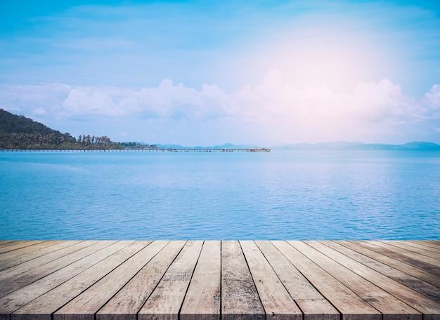 Pavimento in legno o tavolo in legno con sfondo di paesaggio marino per la visualizzazione del prodotto