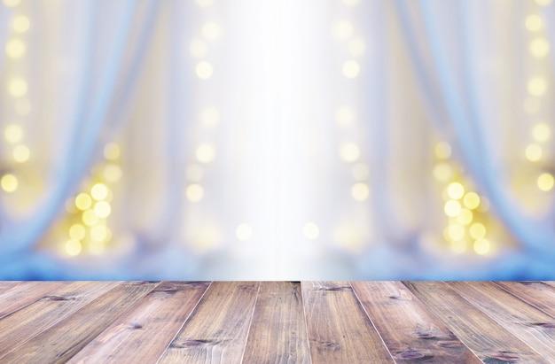 Pavimento in legno sopra la tenda bianca e luce bokeh