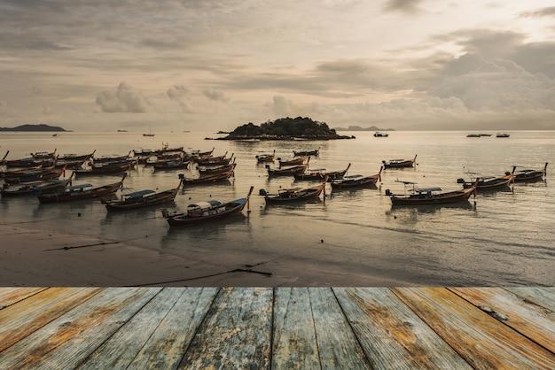 Pavimento in legno sulla barca da pesca sul mare
