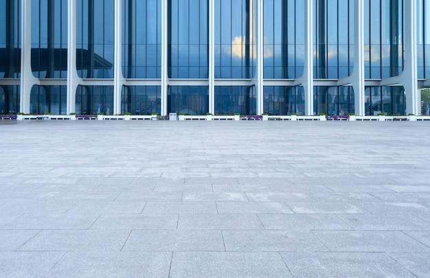 Pavimento vuoto e architettura moderna