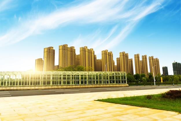 Pavimento vuoto e edificio moderno con raggio di sole
