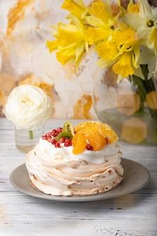 Pavlova è una torta a base di meringa condita con frutta e panna montata