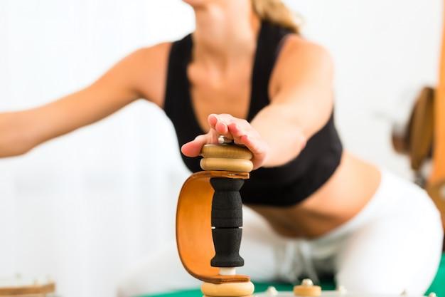 Paziente alla fisioterapia che fa esercizi fisici