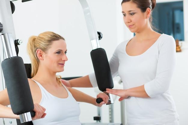 Paziente alla fisioterapia che fa terapia fisica