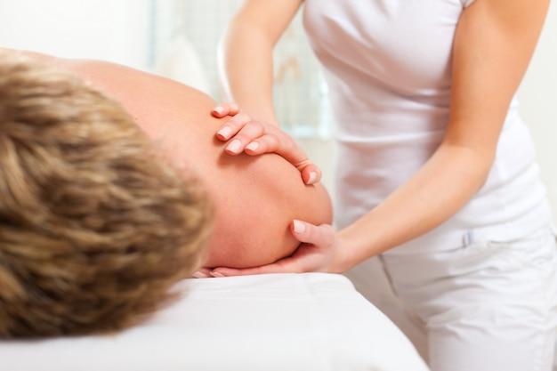 Paziente alla fisioterapia - massaggio