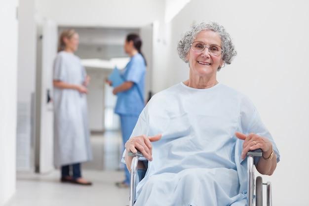 Paziente anziano in corridoio