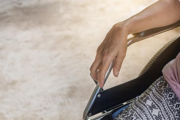 Paziente anziano o anziano della donna della signora anziana asiatica sulla sedia a rotelle
