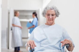 Paziente anziano seduto su una sedia a rotelle