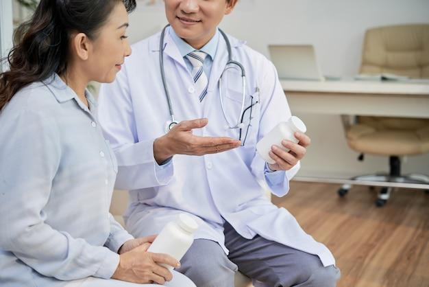 Paziente asiatico che parla con medico