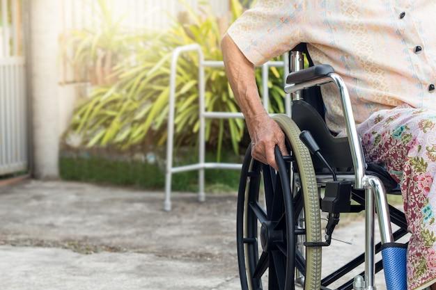 Paziente asiatico o anziano della donna della signora anziana sulla sedia a rotelle alla casa anteriore