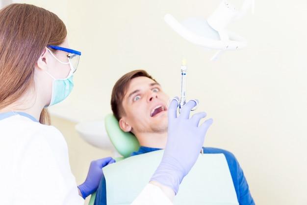 Paziente che riceve un trattamento dal dentista