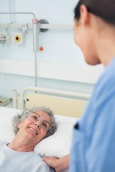 Paziente che sorride a un'infermiera