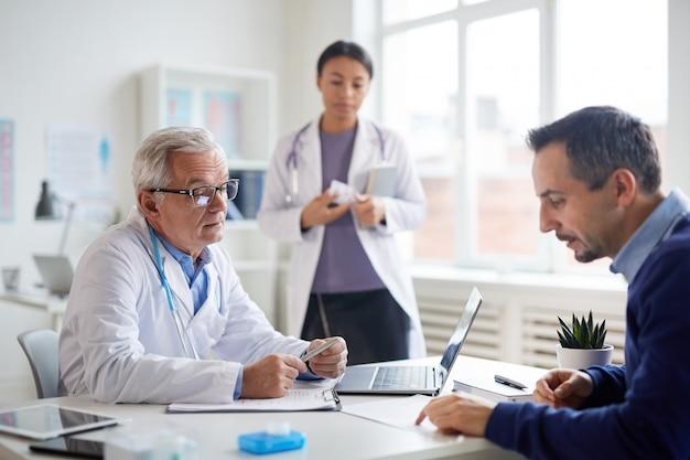 Paziente con i medici in ufficio